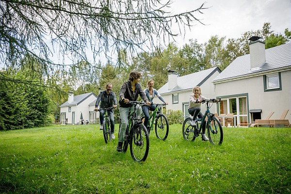 在太阳季度假乐园骑自行车